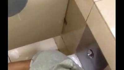 Chinese Boy Sucking a big Cock In Toilet And Selfie