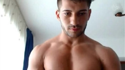 Cute 21yo muscle boy flexes his big muscles on cam for you